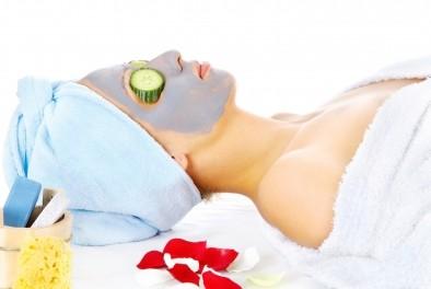 Лятна маска за лице, включваща  домат, лимон и мед