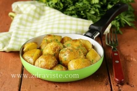 Картофи на пара със сос от магданоз